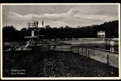 Postcard Riesa an der Elbe, Blick zum neuen Strandbad, Männer auf dem Sprungturm