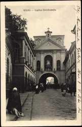 Postcard Wilna Litauen, Kaplica Ostrobramska, Straßenpartie mit Kirche