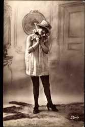 Ak Junge Frau in Reizwäsche, Strümpfe, Hut, Durchsichtiges Kleid