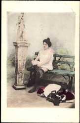 Ansichtskarte / Postkarte Leicht bekleidete Frau auf Bank sitzend, Unterwäsche, Beine