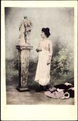 Ak Leicht bekleidete Frau betrachtet Statue, Brüste, Unterwäsche