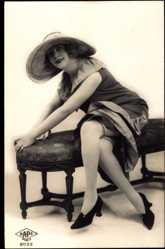 Ak Junge Frau, Sitzportrait, Strümpfe, Hochschuhe, Kleid, Beine