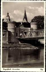 Postcard Ingolstadt an der Donau Oberbayern, Flusspartie mit Brücke und Donautor