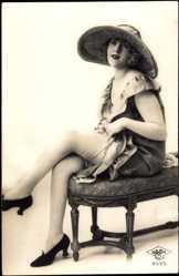 Ansichtskarte / Postkarte Junge Frau in Reizwäsche, Strümpfe, Hochschuhe, Hut