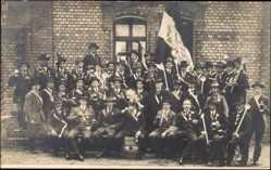 Studentika Foto Ak Gruppenfoto, Jungen in Anzügen, Schärpen, Banner, 1898