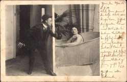 Ansichtskarte / Postkarte Frau nimmt ein Bad, Nackt, Spanner, Badewanne