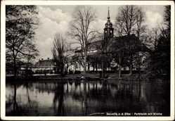 Ansichtskarte / Postkarte Seusslitz an der Elbe Nünchritz, Blick über den Parkteich zur Kirche