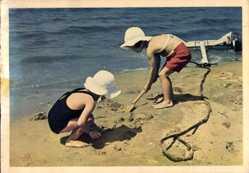 Ak Zwei Kinder spielen am Strand, Sandschaufel, Sandburgenbau