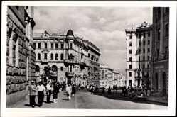 Postcard Charkiw Ukraine, Straßenpartie im Ort, Passanten, Auto, Häuser