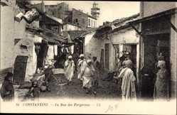 Ak Constantine Algerien, La Rue des Forgerons, Araber, Straßenpartie