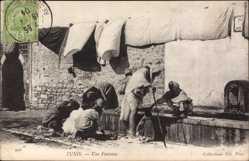 Postcard Tunis Tunesien, Une Fontaine, Tunesier am Brunnen, Trocknende Wäsche