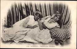 Ak Algerien, Mauresques couchées, Frauen auf einem Bett, Brust
