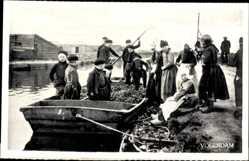 Ak Edam Volendam Nordholland, Kinder in Tracht in einem Boot, Kanalpartie
