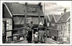 Ak Edam Volendam Nordholland, Frauen und Kind in Tracht, Brücke