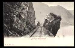 Postcard Norwegen, Parti fra Vossebanen, Eisenbahnstrecke im Gebirge