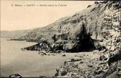 Grotte dans la Falaise